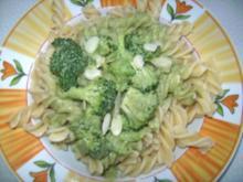 Nudeln mit grüner Brokkoli - Mandel - Sauce - Rezept