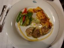 Kalbsfleisch-Wirsing-Involtini mit Kartoffelgratin an Paprika und Erbsen - Rezept