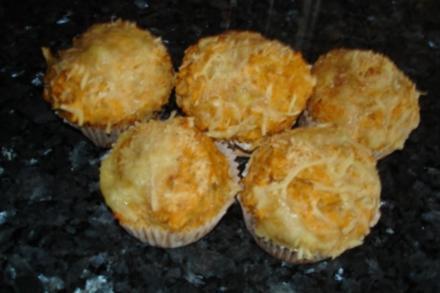 Pizza-Käse-Muffins; pikantes Gebäck als Fingerfood, Snack für Buffet oder Party - Rezept