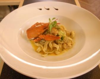 Curry-Flusskrebsfleisch auf Gartenkräuter-Fettucine mit Lauchgemüse - Rezept