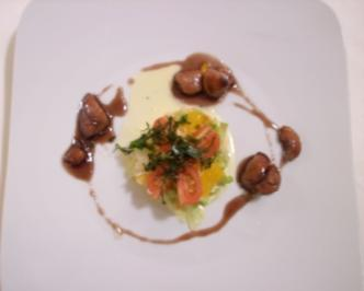 Hähnchenwürfel in Cassis-Likör auf fruchtigem Salat - Rezept
