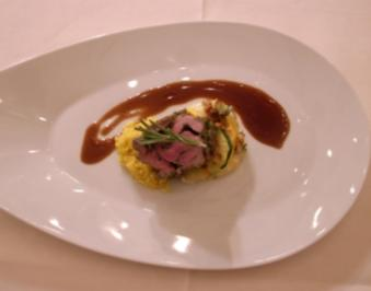 Gefüllte Lammkeule mit Safrancouscous und Zucchinigratin - Rezept