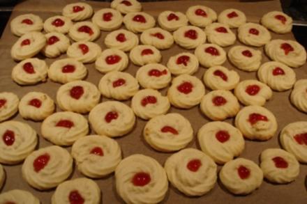 Weihnachtsplätzchen: Spritzgebäck mit roten Belegkirschen - Rezept