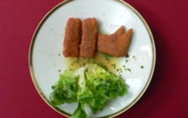 Selbst gemachte Fischstäbchen an Blattsalat - Rezept