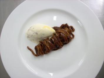 Schoko-Chili-Nudeln auf Keks-Karamell-Eis - Rezept