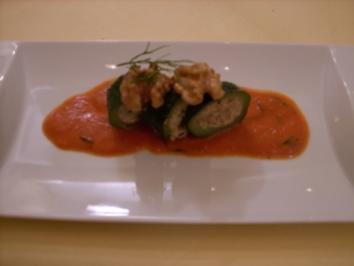 Gefüllte Walnuss-Zucchini an pikanter Tomatensoße - Rezept