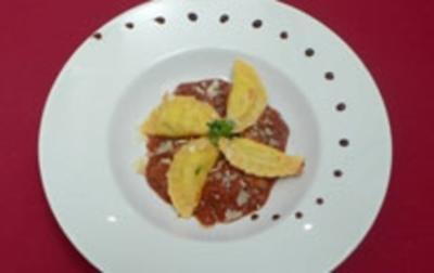 Selbst gemachte Pasta mit Tomaten-Auberginensoße und Salsiccia - Rezept