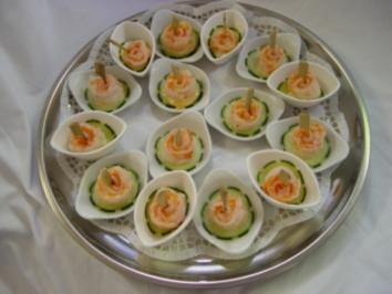 Kalte Platten :  Garnelen - Röschen auf Cocktailsoße und Gurkenscheibe - Rezept