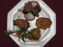 Provenzalische Lammkeule mit gebackenen Salbei-Speck-Kartoffeln und Zucchinifladen - Rezept