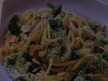 Nudeln und Brokkoliröschen in feiner Nuss-Soße - Rezept