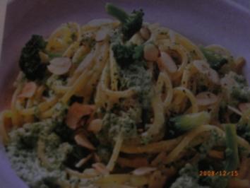 Rezept: Nudeln und Brokkoliröschen in feiner Nuss-Soße
