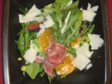 Salat mit Parmaschinken, Büffelmozzarella, Rucola, Minze und Dressing a la Isa - Rezept