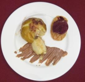 Geschmorter Apfel mit Nougatsoße und Eisbällchen - Rezept