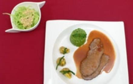 Asiatischer Rinderbraten mit Wan-Tan-Ravioli und japanischem Gurkensalat - Rezept