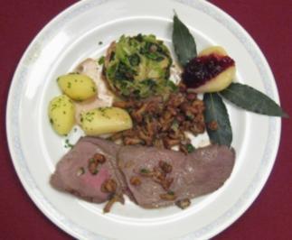 Hirschkugel in Wacholder-Rahm mit Preiselbeeren, Speckwirsing und Kartoffeln - Rezept