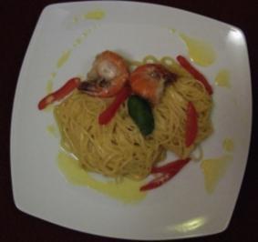 Scampi beschwipst auf Spaghettinest mit Sahne-Weißweinsoße und Trüffelöl - Rezept