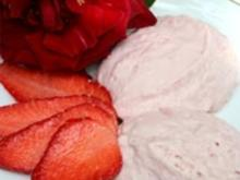 Rosenblütenmousse mit frischen Erdbeeren - Rezept