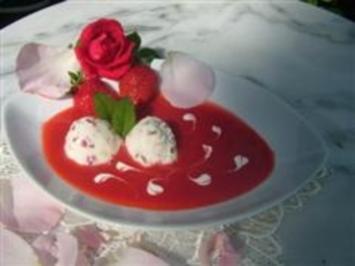 Rosen-Buttermilchmousse mit Erdbeersauce - Rezept