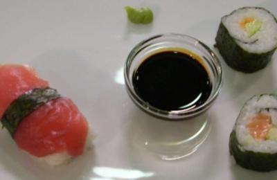 Variationen von Sushi – Lachs und Tunfisch Nigris, Surimi und Hosomaki - Rezept