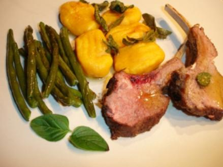 Lammkarree mit Kürbis-Gnocchi und grünen Bohnen - Rezept