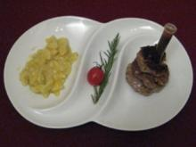 Fleischküchle nach Art des Hauses neben lauwarmem Kartoffelsalat - Rezept