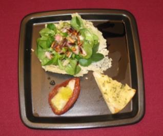 Feldsalat im Parmesan-Körbchen mit Serranochips und Melonenkaviar - Rezept