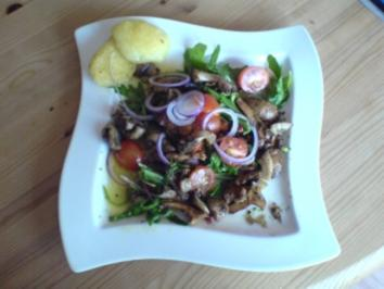 Gebratene Pilze auf Rucolasalat mit gebratenen Kartoffelklößen und Cherrytomaten - Rezept