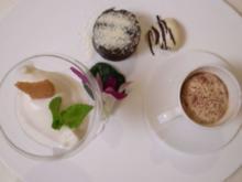 Lauwarmes Schokoküchlein an Espressogelee mit Schaum und Kokoskonfekt - Rezept