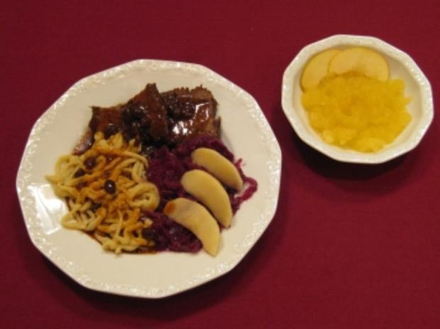 Bergischer Sauerbraten mit selbst gemachten Spätzle, Rotkohl und Apfelkompott - Rezept