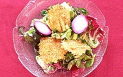 Ankes Salat mit Parmesantalern und roten Eiern - Rezept