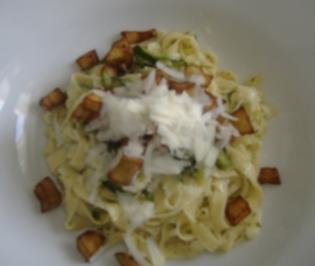 Hausgemachte Fettucine con zucchini e melanzane - Rezept