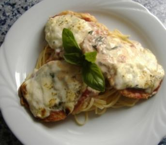 Kalbsfilet im Parmesanmantel mit Tomate und Käse überbacken - Rezept