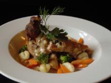 Kaninchen mit Karotten/Broccoli auf Gnocchi in Weisweinsoße und frischen Kräutern - Rezept
