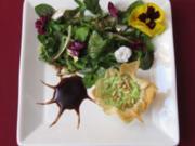 Rucola-Ricotta-Filo an Wildkräuter-Blütensalat - Rezept