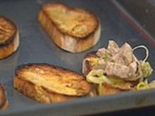 Tunfisch, gewürfelt mit gebratenen Kapern, Crostini - Rezept