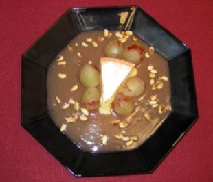 Lauwarmer Reblochon mit Trauben in Soße - Rezept