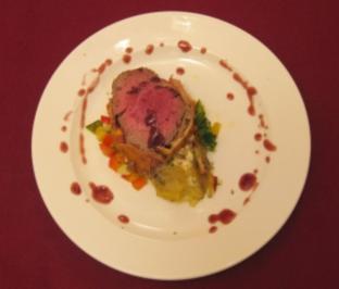 Filet Wellington mit Wok-Gemüse und Kartoffelgratin - Rezept