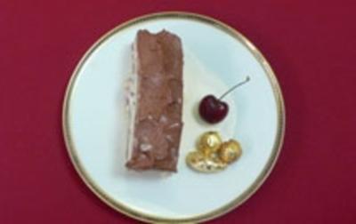 Biskuit mit Vanillecremeeis, gelierten Kirschen und Schokolade - Rezept