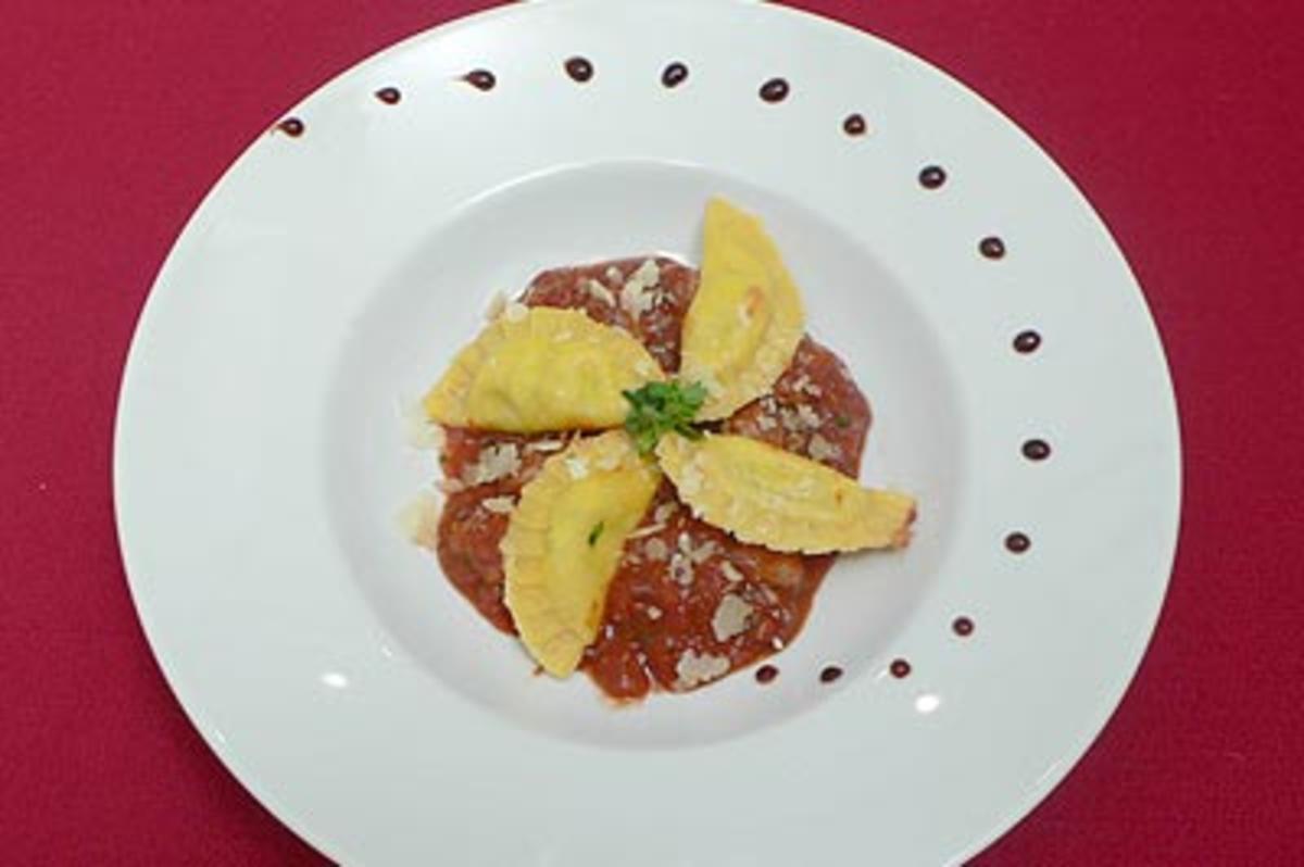 Selbst gemachte Pasta mit Tomaten-Auberginensoße und Salsiccia - Rezept Gesendet von Das perfekte Dinner