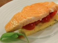 Lachsfilet auf Basilikumbiskuit mit Schmelz-Tomaten - Rezept