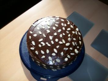 Schokoladenkuchen mit kirschen und schmand