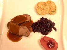 Rehbraten á la maison mit Serviettenknödeln, Blaukraut und Rotweinbirne - Rezept