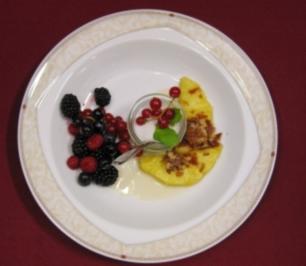 Gebratene Ananas mit frischen Beeren - Rezept