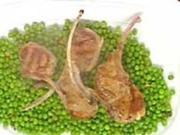 Lammkoteletts, gebratene Erbsen in Olivenöl mit Knobi - Rezept