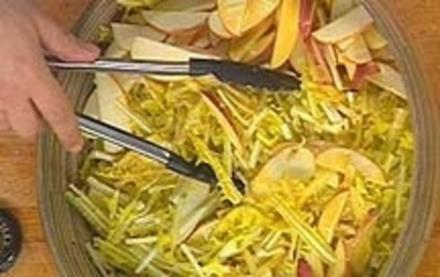Löwenzahn-Apfelsalat mit Senfdressing - Rezept