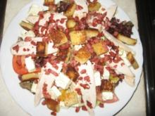 Eichblattsalat auf Orangendressing mit gegarter Hühnerbrust, Coutons, Feta und Speckwürfeln - Rezept
