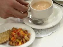 Cappuccino vom roten Curry, dazu Paprika-Erdnuss-Salat u. Sesamplätzchen - Rezept