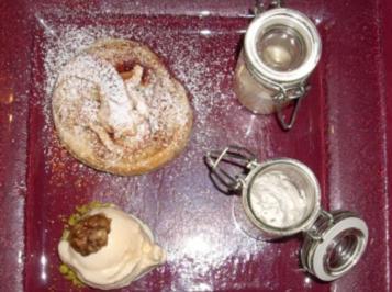 Tarte Tatin mit Vanilleeis, Calvadossoße u. Ahornsirup- Sahne - Rezept
