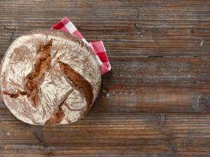 Frieren Sie Brot ein und backen Sie es jeden Tag frisch auf - Tip