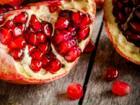 Granatapfel schälen – so fallen die leckeren Kerne ganz schnell aus der Schale - Tip